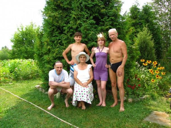 5. На заслуженном отдыхе с сыном и внучатами (дача, 2012)
